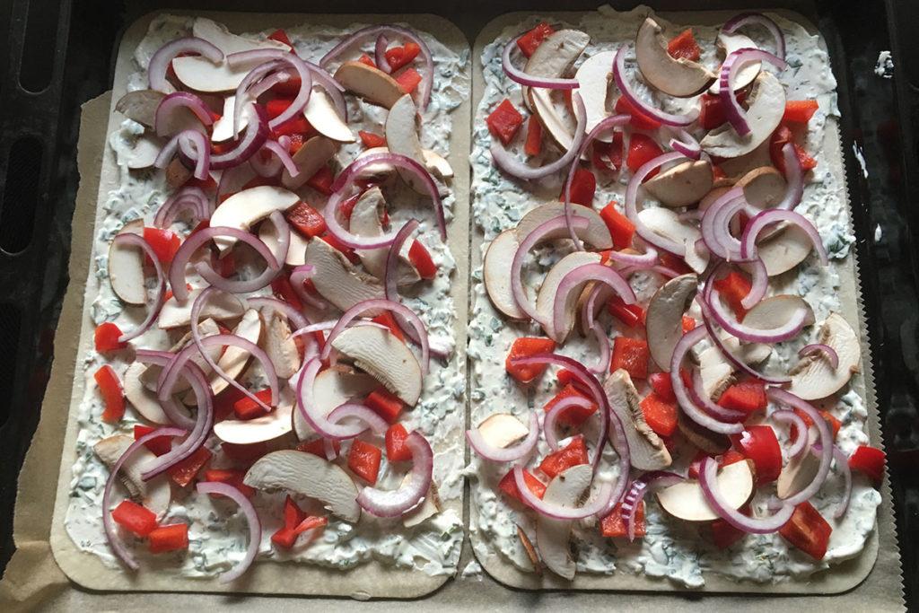 Frisch belegter Gemüse-Flammkuchen